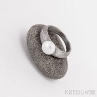 Liena s perlou - Damasteel snubní prsten - 48,5,šířka 5,4 do dlaně 2,8 mm, tloušťka u perly 2 mm, do dlaně 1,2 mm, voda 75% svetlý - S1053 (4)