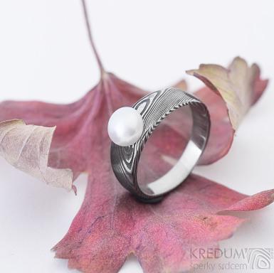 Liena s pravou perlou - Kovaný prsten damasteel, struktura dřevo, perlička bílá, zapuštěná a plošší, velikost 53, šířka hlavy mm 6, do dlaně 3,5 mm, lept extra, profil B