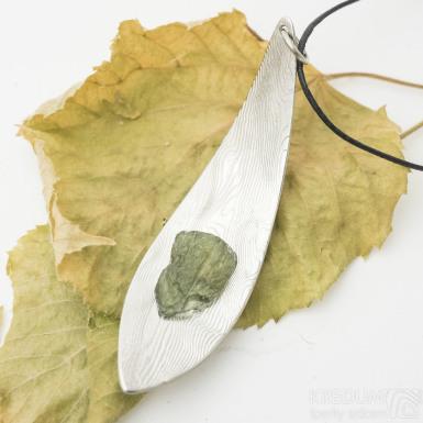 Linie listu - kovaný damasteel přívěsek, struktura dřevo + přírodní vltavín - produkt SK3089