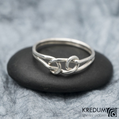 Loop white - ilustrační foto, prsten na fotografii je vyroben ze stříbrného drátu