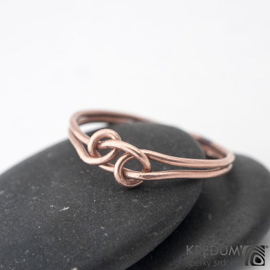 Loop Red - Zlatý snubní prsten - barva prstenu na fotografii je upravovaná