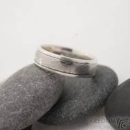 Luna - 49,5, šířka 5 mm, struktura dřevo 50% světlý, profil E, okraje 2x0,75 mm hladké - Kombinovaný snubní prsten Damasteel a stříbro
