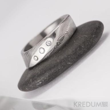 Lusk se 3 diamanty - struktura dřevo -  Kovaný zásnubní prsten damasteel