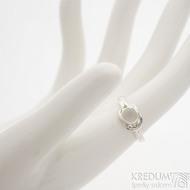 Marge silver - stříbrný prsten s uzlem a křišťálem - velikost 50, SK2467 (2)