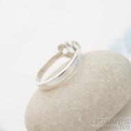 Marge silver - stříbrný prsten s uzlem a křišťálem - velikost 50, SK2467