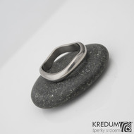 Kovaný nerezový snubní prsten - Meandr Klasik titan - lesklý