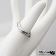 Kovaný nerezový snubní prsten - Meandr Klasik titan