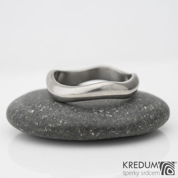 Kovaný nerezový snubní prsten - Meandr Klasik titan - velikost 52, šířka materiálu 3,5 mm - lesklý