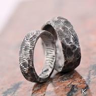 Snubní prsten nerezová ocel damasteel - Natura - čárky, prsten vzadu vpravo se strukturou dřevo