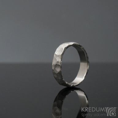 Natura white - Snubní prsten nerezová ocel damasteel - dřevo, produkt SK1275 - velikost 56 a šířka 5 mm, okraje nepravidelné