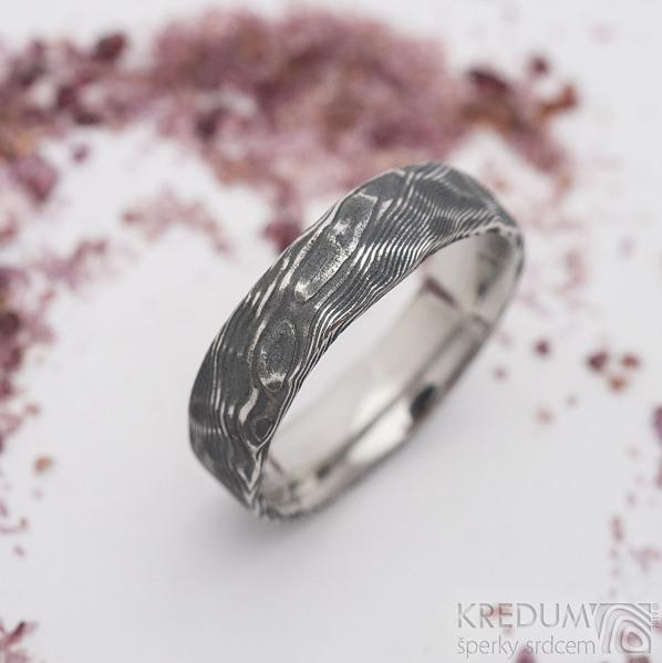 Natura - velikost 62, šířka 6 mm, struktura dřevo, lept 100% TM, vnitřní zaoblení - Kovaný prsten z oceli damasteel