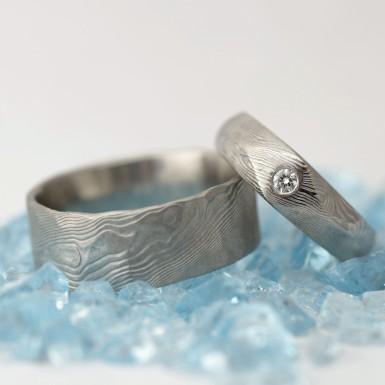 GRADA a čirý diamant 2,3 mm - struktura dřevo -  Kovaný zásnubní prsten damasteel
