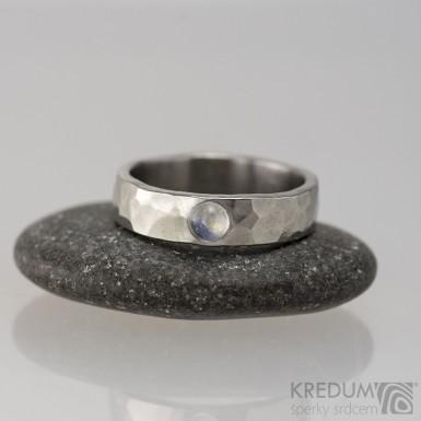 Kovaný snubní prsten - Draill lesklý a kámen - kabošon, velikost 52, šířka 5 mm