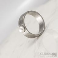 Draill s perlou - Skladový prsten kovaná nerezová ocel - S1641 - velikost 52, šířka 6,2 mm, matný