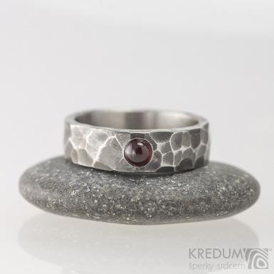 Draill tmavý a almandin - Snubní prsten kovaná nerezová ocel, S1650