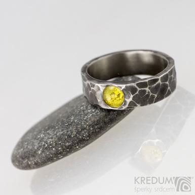 Draill tmavý a kámen - kabošon - Kovaný snubní prsten