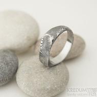 Omar - Kovaný damasteel prsten - velikost 58, šířka hlavy 6,7 mm, do dlaně 4,3 mm, struktura dřevo - lept 75% TM - S1375 (6)