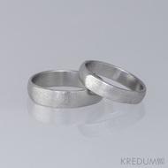 Rytí otisků prstu na vnější stranu prstenů z damasteelu