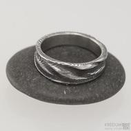 Pán vod, dřevo - 55,5 šířka do klínu 4,5 - 6,8 mm, tloušťka 1,7 mm, lept 100% TM, - Damasteel snubní prsteny, S1547
