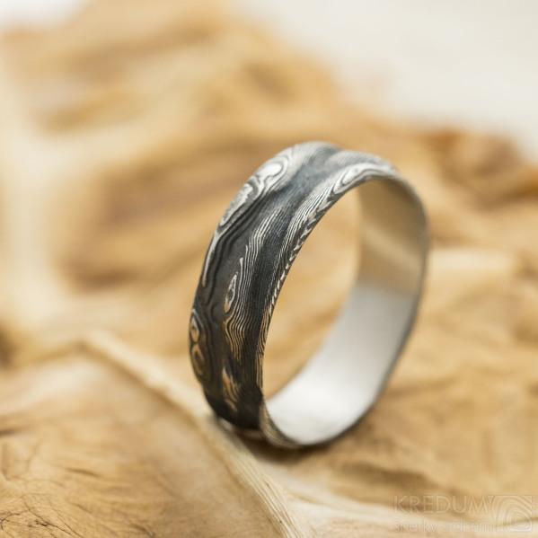 Pán vod - Snubní prsten damasteel, struktura dřevo - velikost 60, šířka 6,3 mm, lept 100%, zatmavený - SK3146