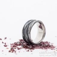 Pán vod - velikost 68, šířka 12 mm, struktura dřevo 100% zatmavený - Prsten z oceli damasteel