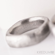 Obrys fontu uvnitř prstenu - vyryté počítačovou ryčkou