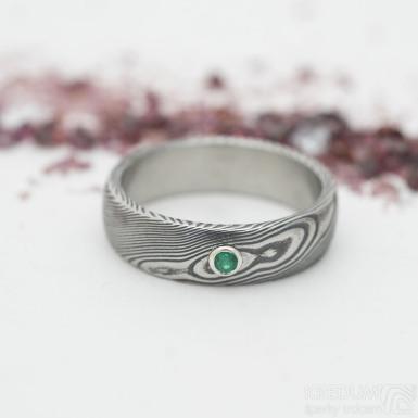 Prima a broušený smaragd 2,3 mm ve stříbře, dřevo - snubní prsten damasteel