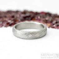 Prima a čirý diamant 1,5 mm, voda - 49, šířka 4 mm, lept 75% - světlý, profil B - Damasteel snubní prsten - produkt SK2117