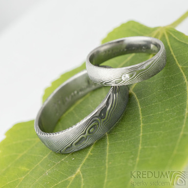 Prima a diamant 1,7 mm - 50,5, š 4,5 mm, dřevo 75% SV, E a Prima - 66, š 6 mm, dřevo 100% TM, B - Damasteel prsteny - k 1888