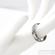 Prima a diamant 2,3 mm v červeném zlatě - 58, šířka 5 mm, lept 75 zatmavený, profil D - Damasteel snubní prsteny - k 1261 (4)