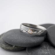 Prima a diamant 2,3 mm v červeném zlatě - 58, šířka 5 mm, lept 75 zatmavený, profil D - Damasteel snubní prsteny - k 1261 (2)