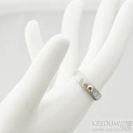 Prima a ohnivý granát do Ag - vel 50, š 4,5 mm, tl. 1,6 mm, dřevo - lept 75% SV, profil E - Damasteel snubní prsteny - sk2060 (2)
