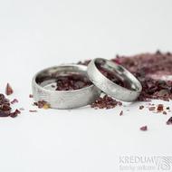 Prima Sestry - snubní prsten z oceli damasteel a 2 diamanty 1,5 mm, struktura dřevo - velikost 50; šířka 4,5 mm, lept 75% - světlý