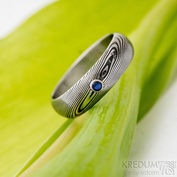 Prima a safír 2 mm do stříbra - velikost 54, šířka 5,5 mm, struktura dřevo, zatmavené, lept 75%, profil A - Damasteel snubní / zásnubní prsten - produkt SK2736