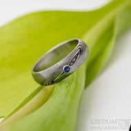 Prima a safír 2 mm osazený do stříbra - velikost 54, šířka 5,5 mm, struktura dřevo, zatmavené, lept 75%, profil A - Damasteel snubní / zásnubní prsten - produkt SK2736