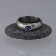 Prima a safír do Ag - Damasteel snubní prsten - velikost 48, šířka 5,5 mm, tloušťka 1,8 mm, profil A, lept 50% SV - s1347