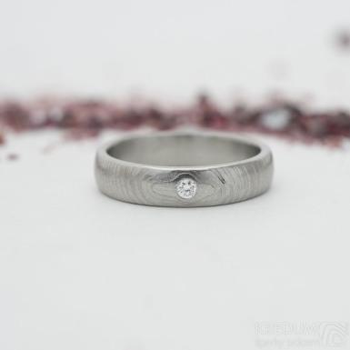 Prima čárky a diamant 2 mm - vel 50, šířka 4 mm, tloušťka střední, lept 50% světlý, profil B - Kovaný snubní prsten