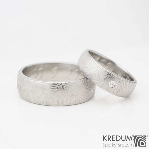 Snubní prsten damasteel - Prima, struktura kolečka - vel. 57, šíře 6mm, tloušťka 2mm v hlavě, 1,5mm v dlani, lept světlý jemný, profil B, diamant 2,3mm + vel. 72, šíře 8mm - k 0444