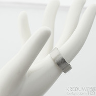 Prima dřevo - 53,5, leptaný vnitřkem, šířka 7 mm, tloušťka 2 mm, lept 25% SV, F - Snubní prsten damasteel SK2114