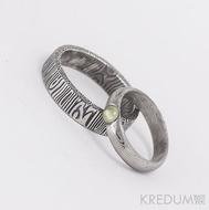 PRIMA a olivín kabošon - Snubní prsten nerezová ocel damasteel - struktura dřevo, lept 50% - pánský ze struktury (nepřekovaná) kolečka