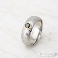 PRIMA a černý diamant 4,1 mm ve žlutém zlatě - kolečka - lept 50%, velikost 59, šířka 7,3 mm, tloušťka cca 2,1 mm, profil A - prsten kovaná nerezová ocel damasteel, SK1629