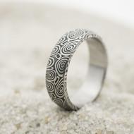Prima kolečka - Kovaný snubní prsten z oceli damasteel - velikost 52,5; šířka 5,6 mm, tloušťka 1,7 mm, profil B, lept 100%, zatmavený - sk3261
