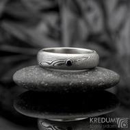Prima line a černá diamant 2,3 mm - 54, šířka 5 mm, struktura dřevo 75% TM, profil D - Damasteel snubní prsteny - K 1157 (9)