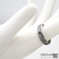 Prima line a černá diamant 2,3 mm - 54, šířka 5 mm, struktura dřevo 75% TM, profil D - Damasteel snubní prsteny - K 1157 (4)