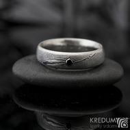 Prima line a černá diamant 2,3 mm - 54, šířka 5 mm, struktura dřevo 75% TM, profil D - Damasteel snubní prsteny - K 1157 (5)
