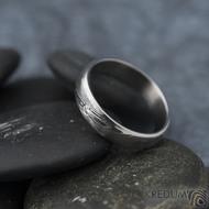 Prima line a diamant 2 mm - 53, šířka 4,5 mm, tl 1,4 mm, dřevo, 75TM, B - Damasteel snubní prsteny - k 1267 (3)