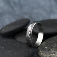 Prima line a diamant 2 mm - 53, šířka 4,5 mm, tl 1,4 mm, dřevo, 75TM, B - Damasteel snubní prsteny - k 1267 (4)