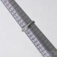 Prima line a diamant 2 mm - damasteel prsten, struktura voda, profil A až B, lept 75%, zatmavený, velikost 51 mm, šířka 4 mm, tloušťka 1,5 mm - produkt SK2621