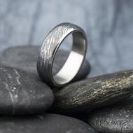Prima line - vel 55, šířka 5,7 mm, tloušťka 1,7 mm, lept 75% TM, profil B - Snubní prsten kovaná nerezová ocel damasteel, SK1613 (5)