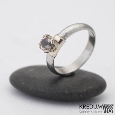 Prima Madame a broušený kámen v Au - dřevo - Kovaný zásnubní prsten damasteel
